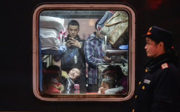 Cuộc sống khổ hơn đi tù của 13 triệu công dân 'hạnh kiểm yếu' ở Trung Quốc: Phải cài nhạc chuông riêng để mọi người dễ nhận biết, không được đi máy bay và bị xã hội xa lánh - Ảnh 1.