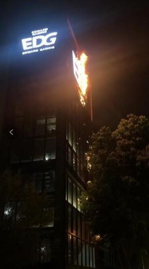 LMHT: Gaming House của EDG bốc cháy dữ dội, rất may Clearlove vẫn ổn - Ảnh 1.