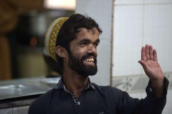 Anh bồi bàn Pakistan bỗng dưng nổi tiếng vì có ngoại hình giống hệt tài tử 1,35m trong Game Of Thrones - Ảnh 4.