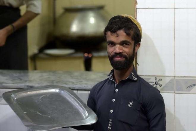 Anh bồi bàn Pakistan bỗng dưng nổi tiếng vì có ngoại hình giống hệt tài tử 1,35m trong Game Of Thrones - Ảnh 6.