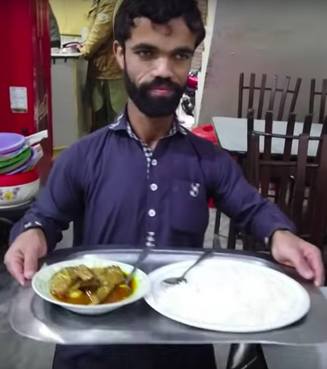 Anh bồi bàn Pakistan bỗng dưng nổi tiếng vì có ngoại hình giống hệt tài tử 1,35m trong Game Of Thrones - Ảnh 7.