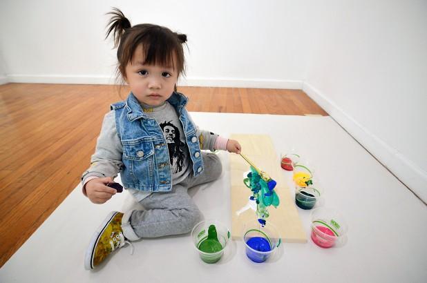 Vẫn còn đeo bỉm, tranh của Picasso tí hon đã đem về hàng nghìn USD mỗi bức - Ảnh 1.