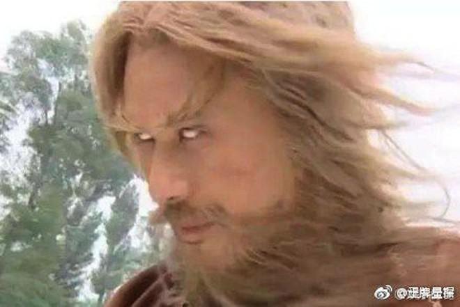 Sự thật bội phục đằng sau màn trợn mắt trắng dã kinh điển của Kim Mao Sư vương ở Ỷ Thiên Đồ Long Ký 2003 - Ảnh 4.