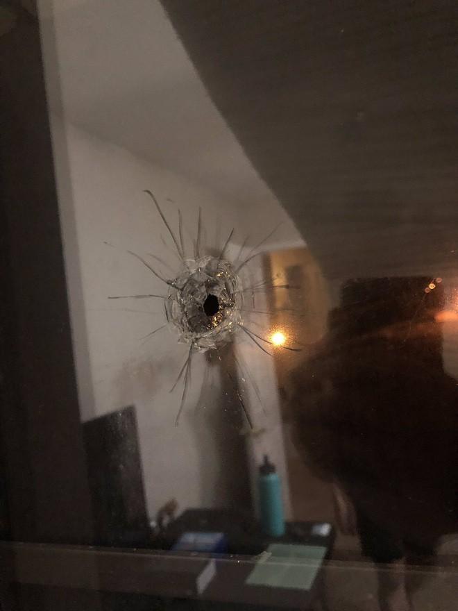 Gặp xả súng đạn bay xuyên tường găm vào màn hình, thanh niên Mỹ hú hồn cùng cái kết nguyên vẹn mỹ mãn - Ảnh 9.