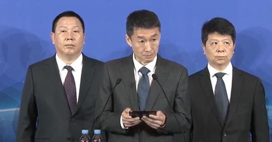 Đăng đàn thông báo kiện chính phủ Mỹ nhưng lãnh đạo Huawei không quên cầm theo Mate X để quảng cáo - Ảnh 2.