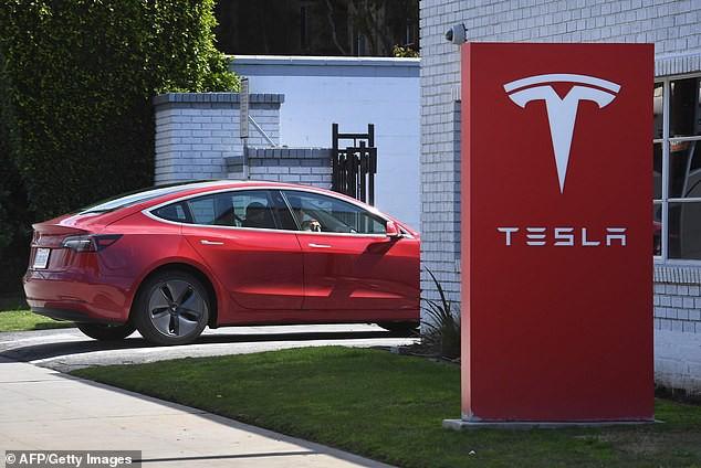 Video gây choáng: để xe Tesla tự lái với tốc độ 120km/h rồi... lăn ra ngủ - Ảnh 4.