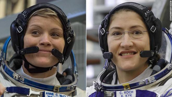 Đây là 2 phi hành gia được NASA chọn cho chuyến thám hiểm toàn phụ nữ lần đầu tiên trong lịch sử - Ảnh 1.