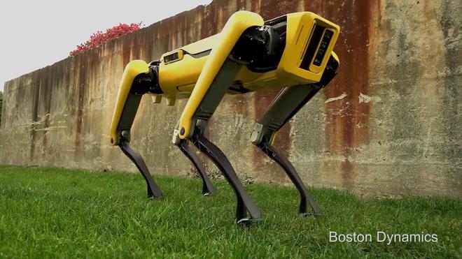 Boston Dynamics cho 10 chó robot SpotMini kéo xe tải để khoe sức mạnh - Ảnh 1.