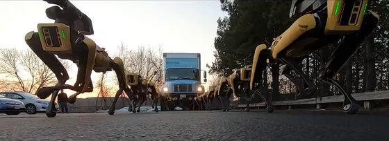 Boston Dynamics cho 10 chó robot SpotMini kéo xe tải để khoe sức mạnh - Ảnh 9.