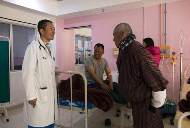 Chuyện ở Bhutan: Thủ tướng trở thành bác sĩ phẫu thuật mỗi cuối tuần - Ảnh 3.