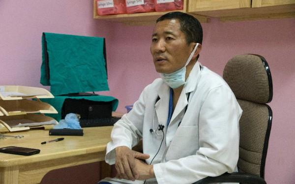Chuyện ở Bhutan: Thủ tướng trở thành bác sĩ phẫu thuật mỗi cuối tuần - Ảnh 1.