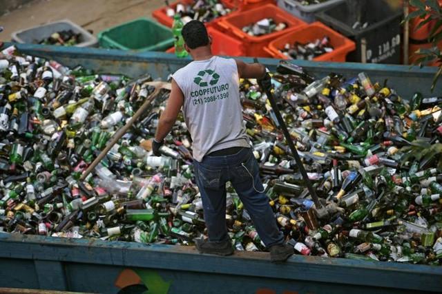 Chuyện ở quốc gia thải nhựa nhiều thứ 4 thế giới: Gần như không tái chế gì - Ảnh 1.