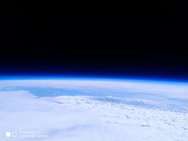 Xiaomi dùng Redmi Note 7 để chụp ảnh Trái Đất từ ngoài không gian - Ảnh 3.