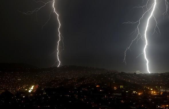 Ra gốc cây chơi Mobile Legends trong trời mưa bão, hai thanh niên Philippines bị sét đánh chết - Ảnh 1.