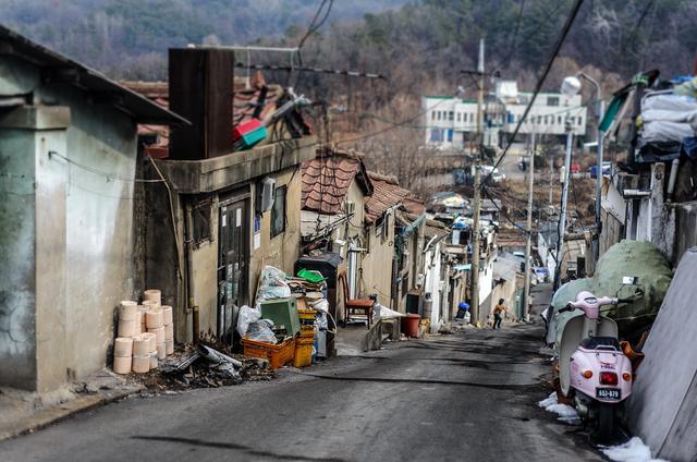 Từ bộ phim Ký sinh trùng đến đời thực ở Hàn Quốc: Đằng sau vẻ hào nhoáng là xã hội stress đến mức tự tử đứng thứ 10 thế giới (P.1) - Ảnh 2.