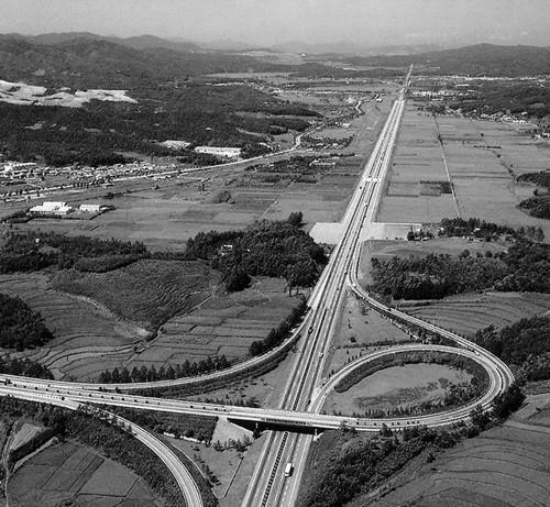 Cao tốc Bắc Nam Gyeongbu: Biểu tượng cho tinh thần dám nghĩ dám làm của người Hàn Quốc - Ảnh 3.