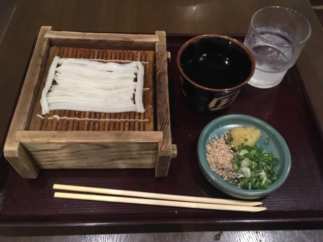 Công ty Nhật ra mắt chiếc chăn với thiết kế cực dị, trông như những sợi mì udon uốn éo cạnh nhau - Ảnh 2.