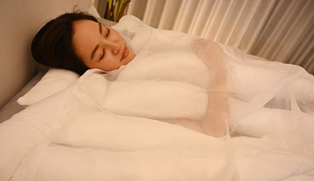 Công ty Nhật ra mắt chiếc chăn với thiết kế cực dị, trông như những sợi mì udon uốn éo cạnh nhau - Ảnh 6.
