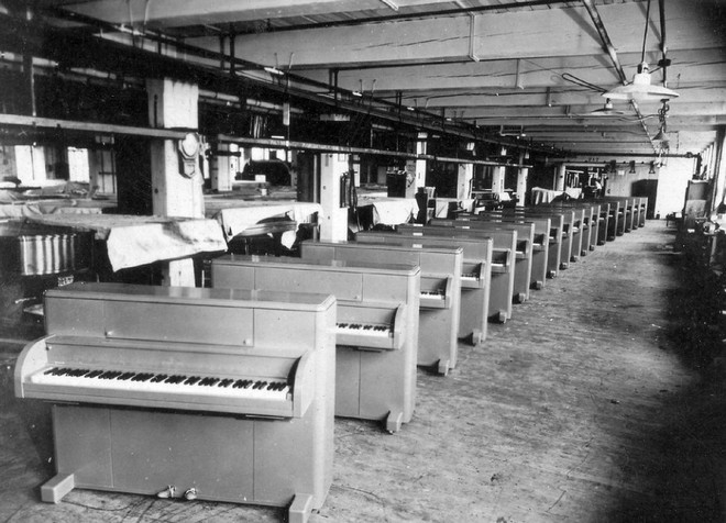 Bạn có biết: Quân đội Mỹ từng thả cả cả dàn nhạc cụ xuống căn cứ cho binh lính giải trí sau những giờ chiến đấu căng thẳng - Ảnh 2.