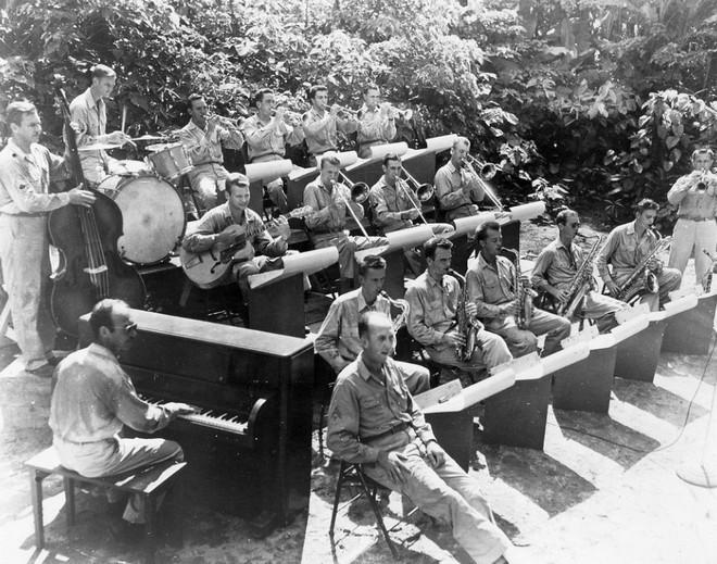 Bạn có biết: Quân đội Mỹ từng thả cả cả dàn nhạc cụ xuống căn cứ cho binh lính giải trí sau những giờ chiến đấu căng thẳng - Ảnh 4.