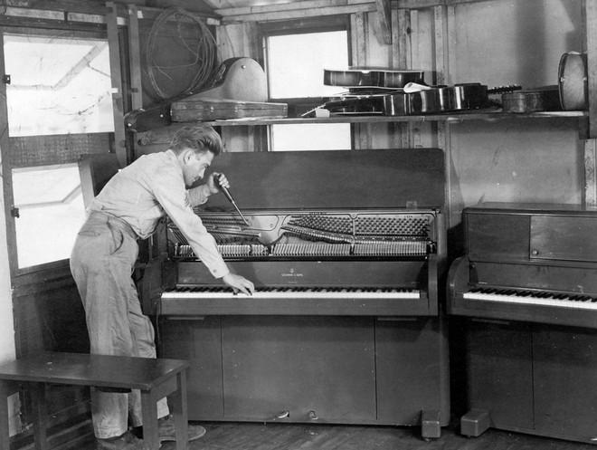 Bạn có biết: Quân đội Mỹ từng thả cả cả dàn nhạc cụ xuống căn cứ cho binh lính giải trí sau những giờ chiến đấu căng thẳng - Ảnh 6.