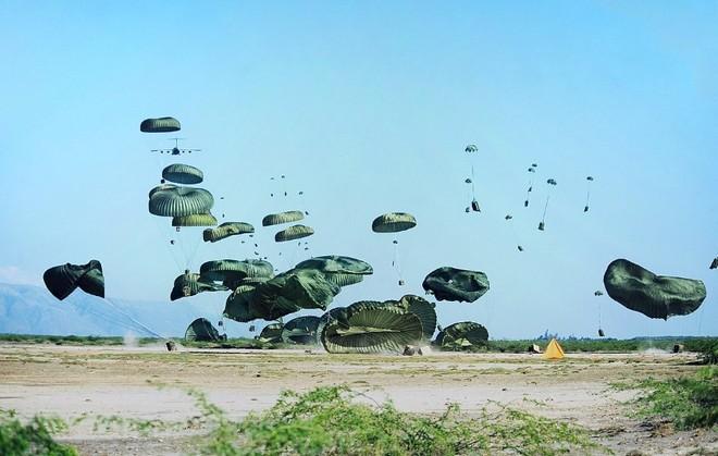 Bạn có biết: Quân đội Mỹ từng thả cả cả dàn nhạc cụ xuống căn cứ cho binh lính giải trí sau những giờ chiến đấu căng thẳng - Ảnh 3.