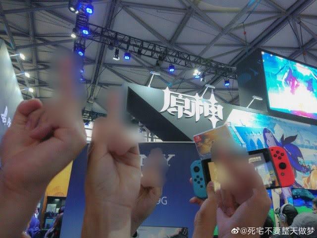 Phản đối game đạo nhái của Trung Quốc, người hâm mộ khủng bố NPH ngay tại hội chợ game - Ảnh 3.
