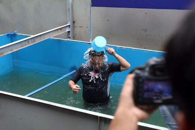 Cận cảnh chuyên gia Nhật Bản tắm nước sông Tô Lịch - Ảnh 3.