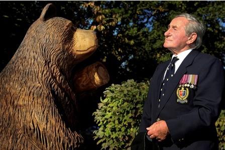 Wojtek: Chú gấu nghiện bia được lấy làm biểu tượng trên huy hiệu của lực lượng pháo binh Ba Lan - Ảnh 12.
