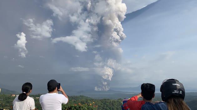 Núi lửa Taal ở Philippines phun cột tro bụi cao 15 km, nguy cơ động đất và sóng thần cận kề - Ảnh 3.