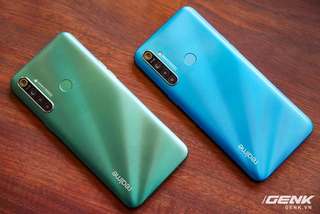"""Đây là 4 chiếc smartphone tầm trung với tông màu Classic Blue bạn có thể chọn cho năm mới thêm phần """"xanh tươi"""" - Ảnh 1."""