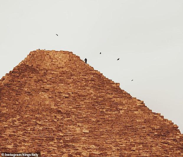 Trèo lên đỉnh Kim tự tháp Ai Cập với mục đích kêu gọi thiện nguyện, Youtuber nổi tiếng bất ngờ bị bắt giam - Ảnh 1.