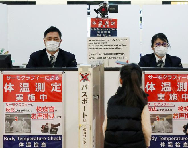 Video từ tâm dịch Vũ Hán: Nhân viên y tế Trung Quốc mặc đồ chống virus kín người, quét thân nhiệt hành khách trên máy bay - Ảnh 3.