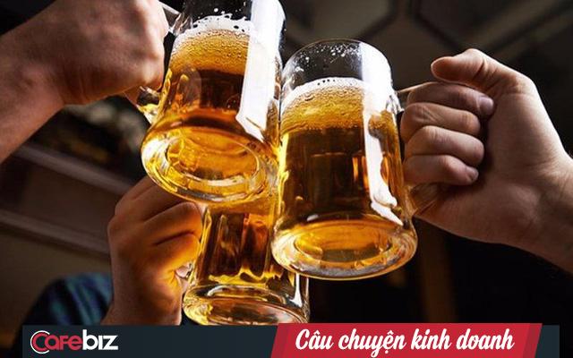 Bloomberg: Doanh số ngành bia Việt Nam giảm ít nhất 25% sau Nghị định 100, gây chấn động một trong những thị trường bia tăng trưởng nhanh nhất thế giới - Ảnh 2.
