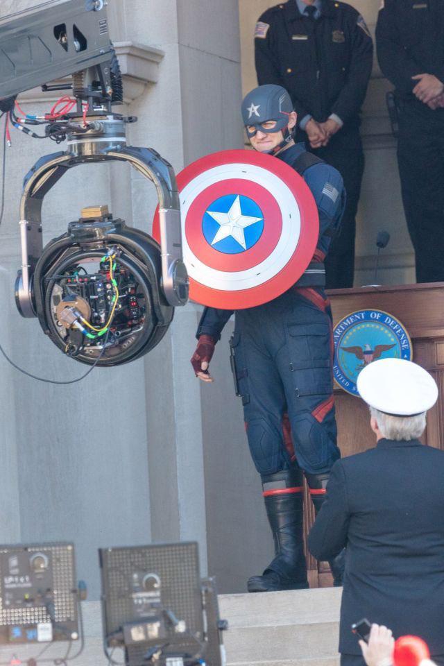 Cầm tấm khiên trứ danh trên tay, siêu anh hùng US Agent xuất hiện tại trường quay của The Falcon and The Winter Soldier - Ảnh 3.