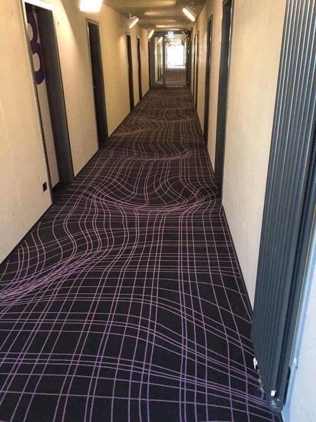 Bức ảnh gây ảo giác đầu năm: Khách sạn Đức dùng thảm 3D ngăn khách chạy nhảy ở hành lang, dân tình nhìn vào không uống cũng say - Ảnh 2.