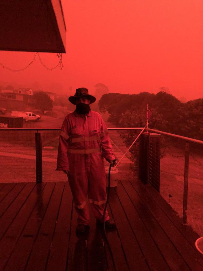 Bầu trời Australia chuyển màu đen kịt như mực ngay giữa trưa, thảm hoạ cháy rừng kinh hoàng ngày càng chuyển biến xấu - Ảnh 1.