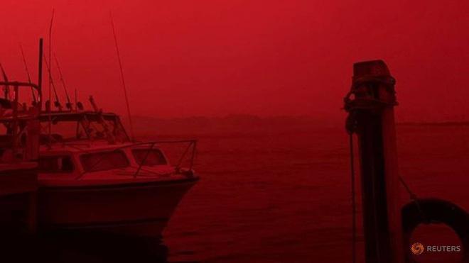 Bầu trời Australia chuyển màu đen kịt như mực ngay giữa trưa, thảm hoạ cháy rừng kinh hoàng ngày càng chuyển biến xấu - Ảnh 2.