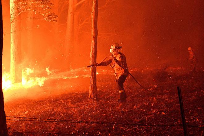 Đại thảm họa cháy rừng Úc nhìn từ không gian: Cả nước như quả cầu lửa, những mảng xanh trù phú bị thay bằng màu khói trắng tang thương - Ảnh 13.