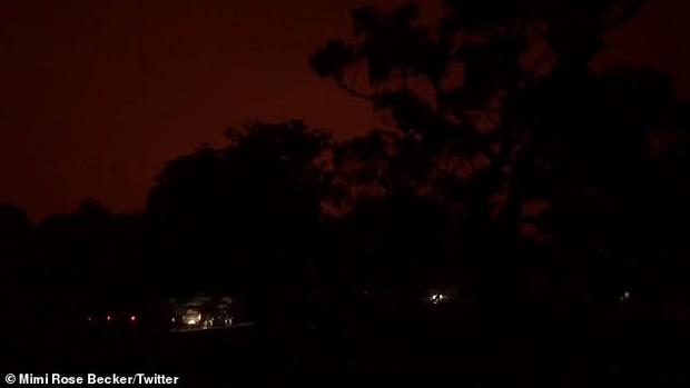 Bầu trời Australia chuyển màu đen kịt như mực ngay giữa trưa, thảm hoạ cháy rừng kinh hoàng ngày càng chuyển biến xấu - Ảnh 3.