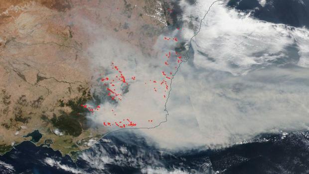 Đại thảm họa cháy rừng Úc nhìn từ không gian: Cả nước như quả cầu lửa, những mảng xanh trù phú bị thay bằng màu khói trắng tang thương - Ảnh 3.