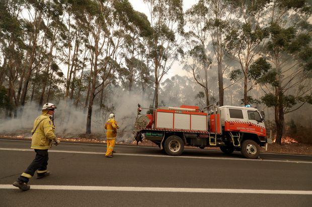 Cháy rừng ở Úc nóng đến nỗi tạo ra cả sấm và chớp giật đùng đùng - Ảnh 2.