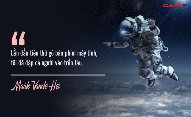 Nghe phi hành gia kể khổ về cuộc sống trên vũ trụ: Ăn cơm như nhai rơm rạ, đi tiểu bằng ống, chỉ để đổi lại khoảnh khắc mà chưa đầy 600 người trên Trái Đất có được - Ảnh 2.