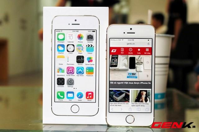 iPhone 5s với hộp đựng thiết kế đơn giản.