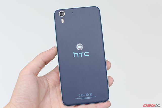 Mặt sau thiết kế đơn giản với logo HTC chính giữa và camera 13mpx, flash kép ở góc trái.