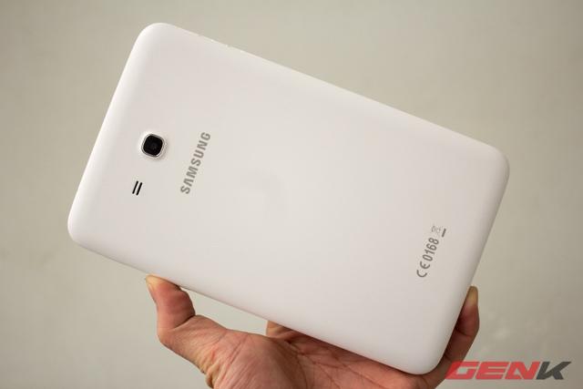 Mặt lưng Galaxy Tab 3 Lite được hoàn thiện khá tốt nhờ lớp nhựa nhám khá giống chất liệu trên Galaxy Note 3.