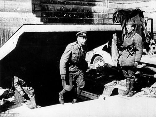 Tướng Weidling, người chỉ huy lực lượng phòng thủ của Đức Quốc xã ở Berlin những ngày cuối cùng Thế chiến II, bước lên từ dưới khu hầm ngầm.