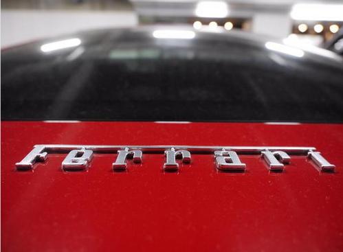 Nhãn hiệu Ferrari được lộ ra thể hiện sự sang trọng