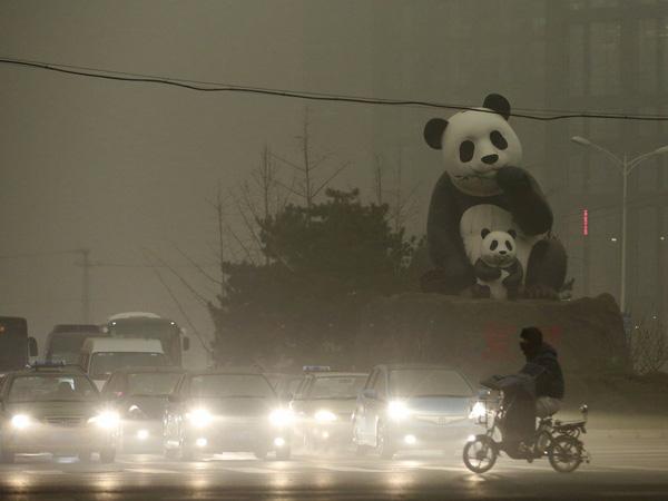 Ở Bắc Kinh, bầu không khí ô nhiễm thường khiến cả thành phố bị bao phủ trong màn sương mờ ảo.