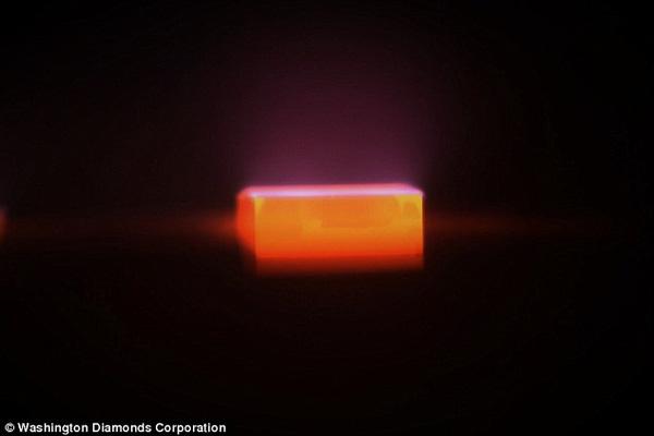 Quy trình nuôi kim cương trong phòng áp suất thấp kín khí metan và hydro.